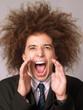 Hombre ejecutivo estilo afro gritando.Hombre gritando.