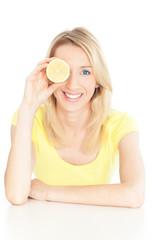 junge frau mit Zitrone