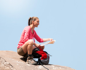 Frau am Berg mit Landkarte