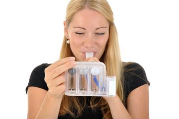 Junge Frau mit Lungentest