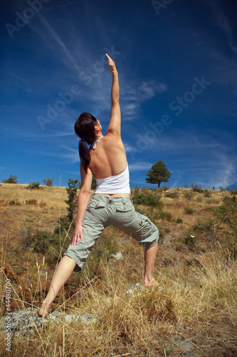Frau in Yogapose in der Natur