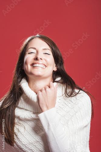 Hübsche Frau im weissen Pullover