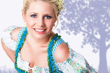 attraktive blonde Frau in Trachtenmode