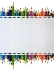 Bloc de notas, lápices de colores, hoja de papel