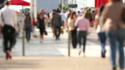 zone urbaine ensoleille ou des personnes marche au ralenti