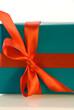 rote Schleife auf einem Geschenk, Ausschnitt