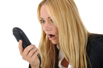 Junge Frau empört am Telefon