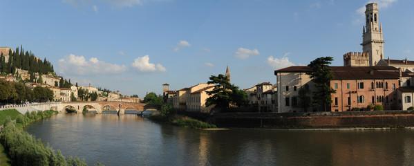 Ponte Pietra su fiume Adige a Verona, Italia