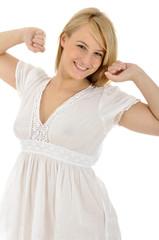 Junge Frau im Nachthemd streckt sich durch