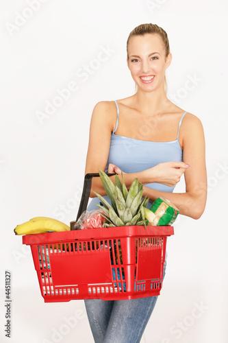 junge Frau mit Warenkorb
