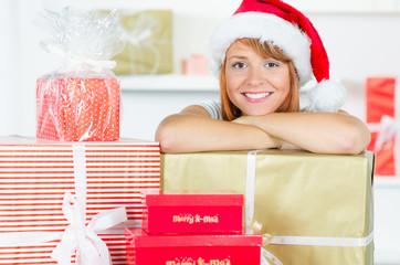 weihnachtsfrau mit vielen geschenken