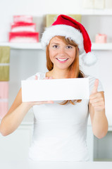 weihnachtsfrau mit schild zeigt daumen hoch