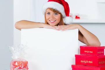 lächelnde weihnachtsfrau mit werbetafel