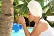 Junge Frau am Pool