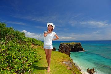 コマカ島の丘の上を散歩する女性