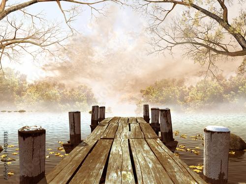 Jesienna sceneria z drewnianym molo na jeziorze - 44518393