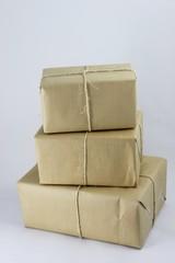 Drei verschnürte, verpackte Pakete aufeinander