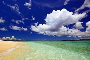 澄んだ海と空に浮かぶ白い雲