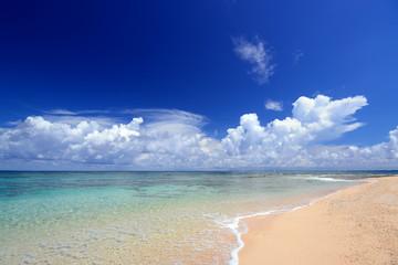 沖縄の海と白い雲