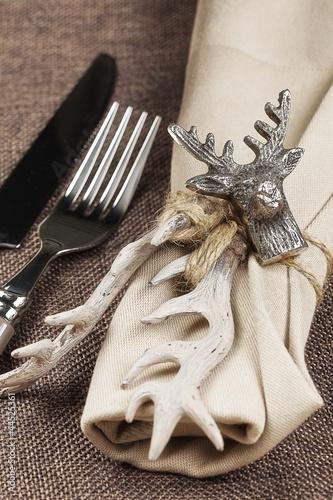 Herbstlich gedeckter Tisch zum Wildessen