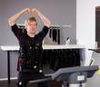 Mann trainiert mit Strom - EMS Training