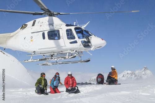 Leinwandbild Motiv Helikopter hebt im Hochgebirge ab