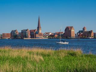 Blick über die Warnow auf die Hansestadt Rostock.