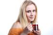 Frau mit Teeglas