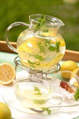 Heisse Zitrone mit Minze