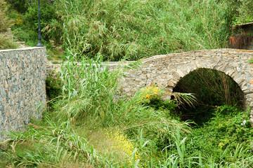 Kleine Brücke aus Stein