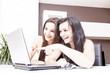 Frauen beim shopping im Internet