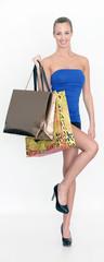 junge Frau mit Einkafstaschen