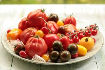 Verschiedene Tomaten auf einer Schale