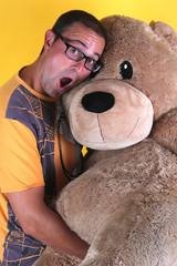 Adulto joven con oso de peluche