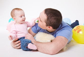 father plays with the eight-monthly daughter