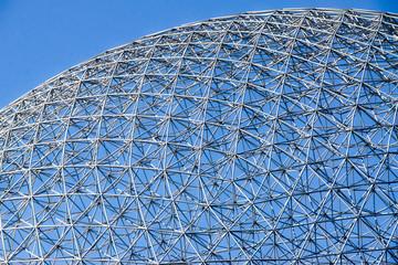 Struture métallique avec magnifique ciel bleu.