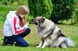 Kind mit Hund im Garten