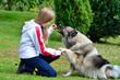 Kind Hund Pfötchen geben