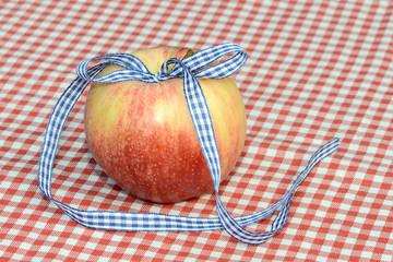 Apfel mit blauer Schleife