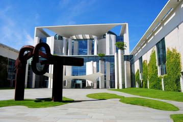 Berlin Bundeskanzleramt - Haupteingang mit Skulptur