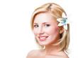 lächelnde attraktive blonde Frau