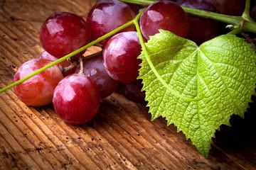 uva rossa con foglia