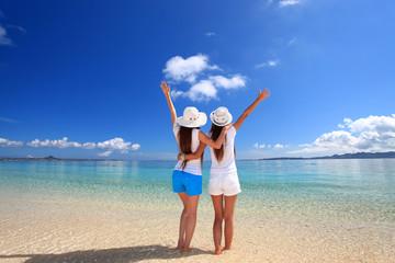 海を眺める2人の女性