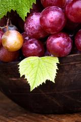 ciotola in legno con uva rossa