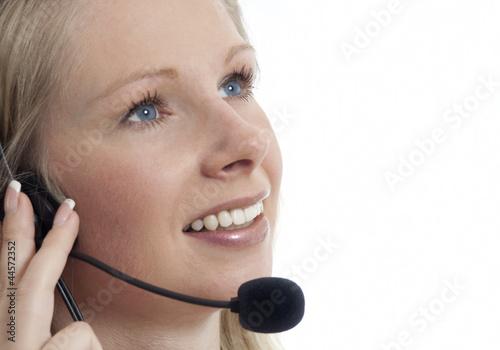 Frau mit Headset telefonierend