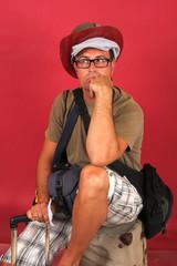 Adulto joven viajero, aeropuerto, vuelo