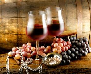 bicchieri vino rosso uva e botte