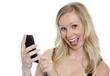 Lachende Frau tippt SMS