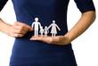 Familie an die Hand nehmen; symbolisch