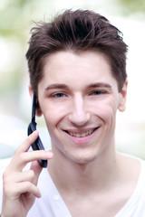 Junge telefoniert mit Smartphone